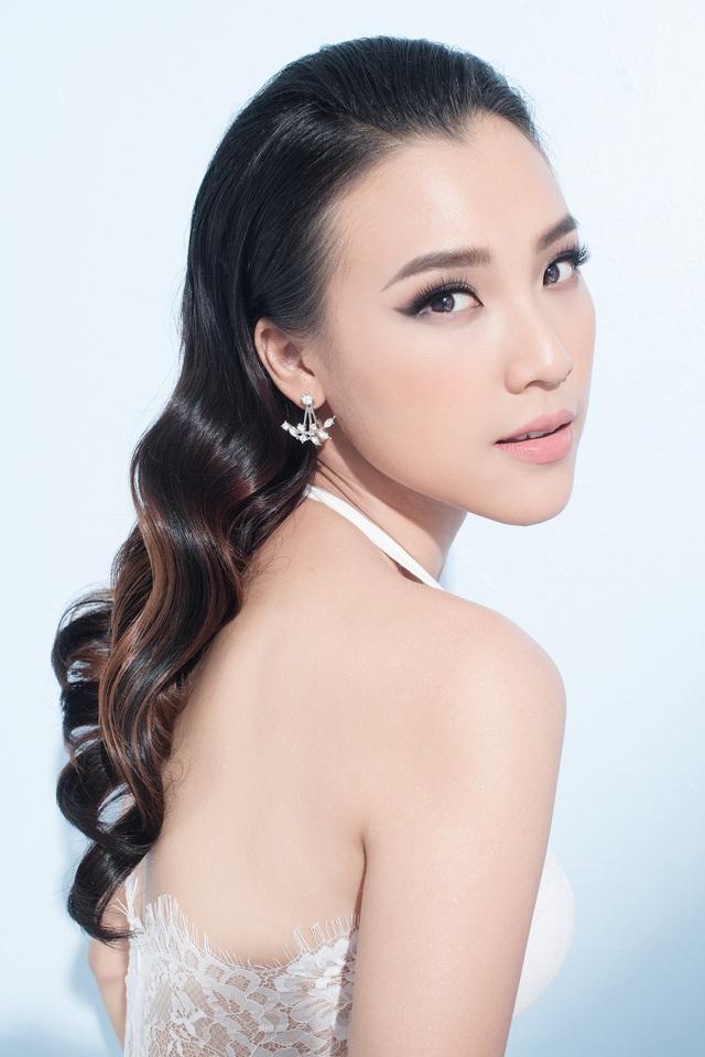 Bờ vai nõn nà, đôi môi căng mọng của nàng Á hậu Phụ nữ Việt Nam qua ảnh.