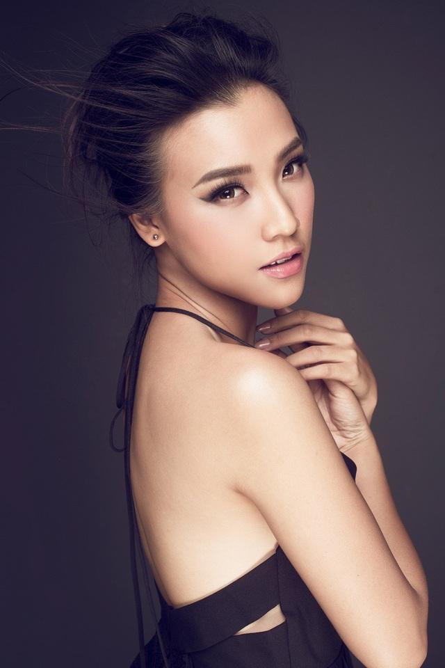 Với bộ ảnh lần này, Hoàng Oanh mang đến một màu sắc mới, hình ảnh dịu dàng, nữ tính nhưng cũng đầy bốc lửa.