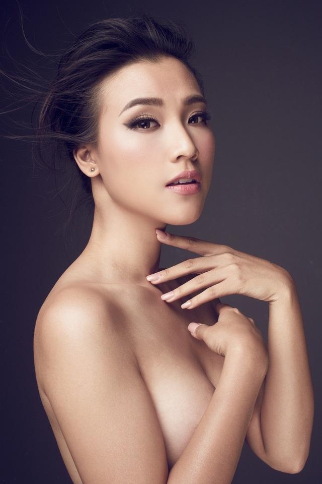 """Một vài hình ảnh """"bán nude"""" hiếm hoi của Hoàng Oanh được hé lộ khiến fan ngỡ ngàng bởi vẻ đẹp thanh tân của nàng Á hậu."""