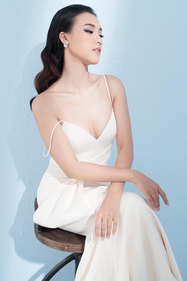 Chiếc váy đuôi cá trắng với phần ngực được cắt xẻ, dây áo trễ nải giúp Hoàng Oanh khoe được vẻ đẹp dịu dàng, gợi cảm, khác với hình tượng mạnh mẽ trong phim.