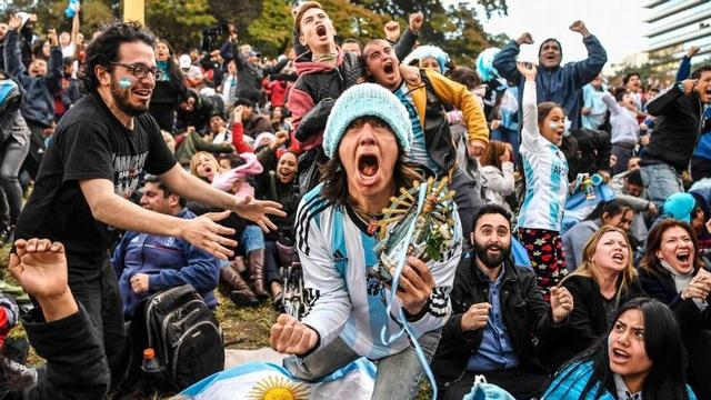 Niềm vui của cổ động viên Argentina trước chiến thắng của đội nhà