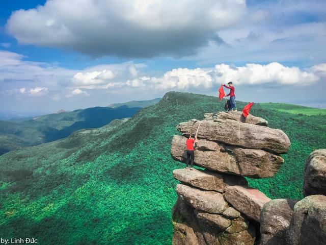 Kinh nghiệm check-in tốt nhất là không nên leo trèo lên bề mặt phiến đá trên cùng bởi kết cấu của đá khá yếu, chênh vênh. Bạn chỉ nên đứng ở các phiến đá bám chắc mặt đất, sau đó lựa chọn các góc chụp để tạo ra những bức ảnh ấn tượng.