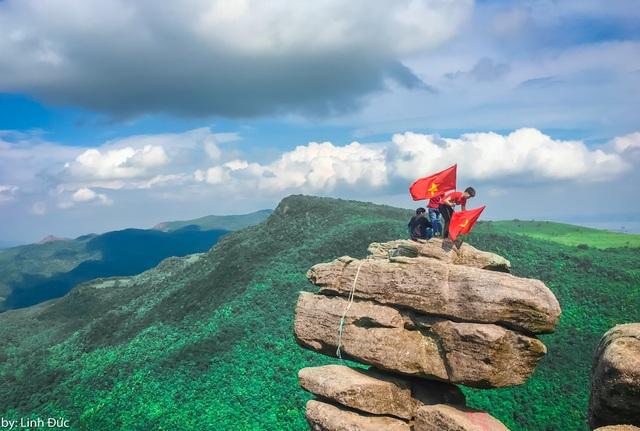 Nếu không có dụng cụ bảo hộ và trang bị các kỹ năng leo núi cần thiết, du khách tuyệt đối không nên leo lên mỏm đá Chồng bởi khu vực này rất nguy hiểm. Ngoài ra, khu vực rừng thông tại núi đá Chồng rất dễ cháy nên cần phải chú ý củi lửa và nhớ bảo vệ môi trường.