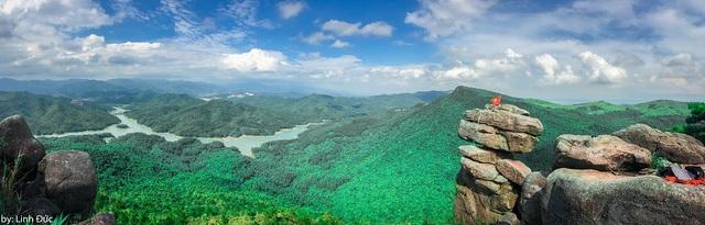 """Đứng từ trên núi, du khách có thể phóng tầm mắt thưởng ngoạn cảnh đẹp của ngút ngàn rừng thông, hồ nước mênh mông """"sơn thủy, hữu tình""""."""