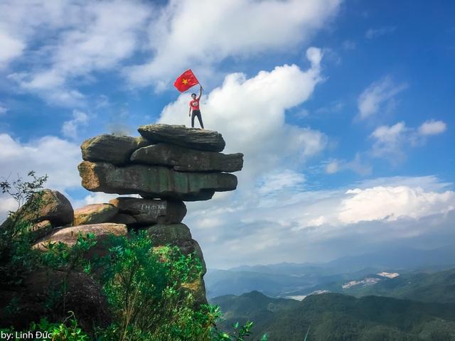 Mới đây, Linh Đức (18 tuổi, Thái Bình) đã cùng nhóm bạn thực hiện chuyến đi từ Thái Bình đến Quảng Ninh bằng xe máy, chinh phục núi đá nổi tiếng này. Ngay sau đó, cậu bạn đã chia sẻ những hình ảnh về chuyến đi của mình trên một diễn đàn du lịch và nhận được nhiều chú ý của cộng đồng.