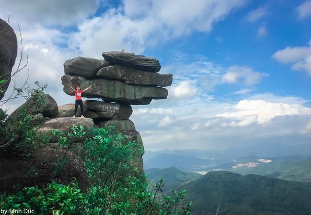 """Núi đá Chồng thuộc địa phận xã Bằng Cả, huyện Hoành Bồ, tỉnh Quảng Ninh từ lâu đã được biết đến là điểm """"check-in"""" lý tưởng cho những người thích khám phá, trải nghiệm. Đặc biệt, nơi đây có mỏm đá được ví như """"đá sống ảo"""" gồm hàng chục hòn đá xếp chồng lên nhau, thách thức lòng can đảm của """"phượt thủ""""."""