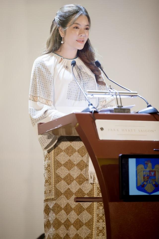 Lý Nhã Kỳ nhận bằng bổ nhiệm do đại diện Đại sứ quán Rumani trao.