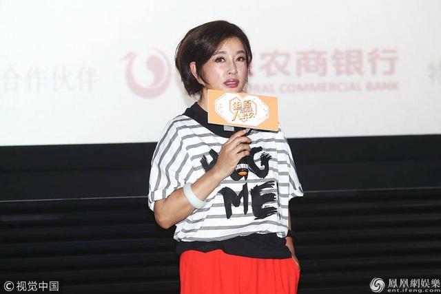 Kiểu tóc cắt tỉa cao cũng rất phù hợp với trang phục của Lưu Hiểu Khánh.