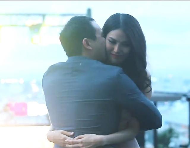 Bạn trai và Lan Khuê ôm nhau thắm thiết trong sự xúc động đầy ngọt ngào...