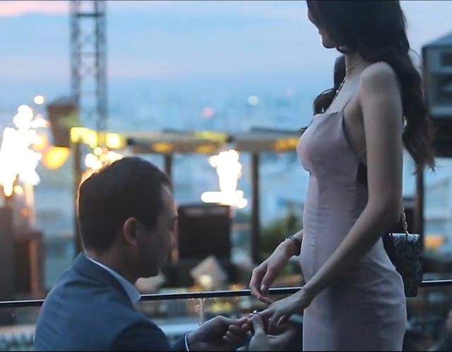 Lan Khuê đã nhận được chiếc nhẫn cầu hôn của bạn trai trong khung cảnh vô cùng lãng mạn