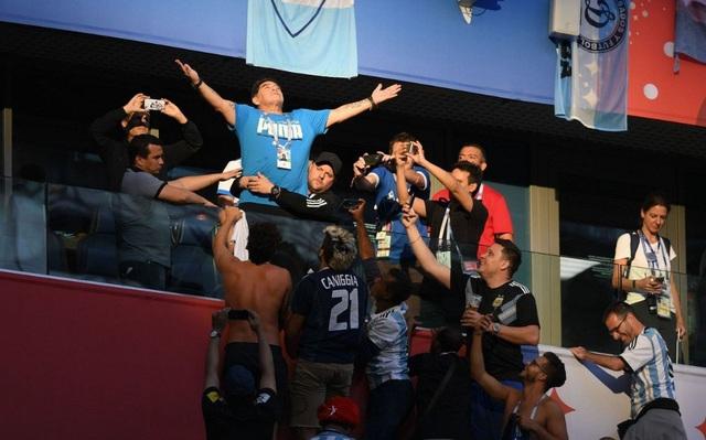 Màn ăn mừng của Maradona như một vị thánh
