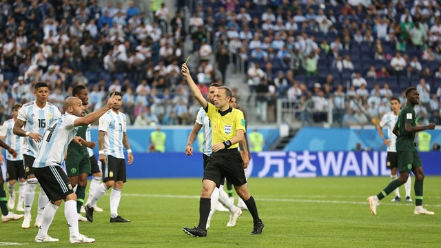 Mascherano mắc sai lầm khiến Argentina phải chịu phạt đền