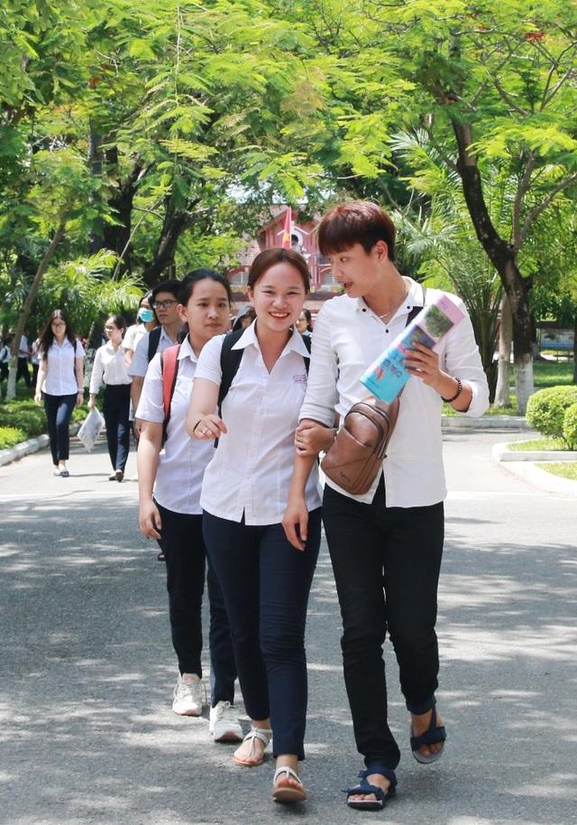 Thí sinh vui vẻ kết thúc môn thi cuối tại Huế (ảnh: Quý Châu)