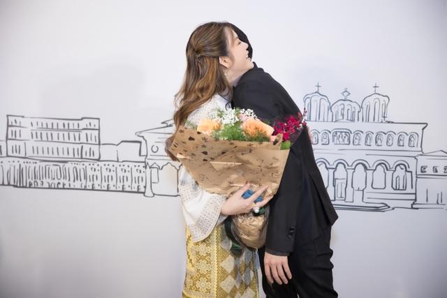 Noo Phước Thịnh ôm cứng đàn chị khi đến chúc mừng.