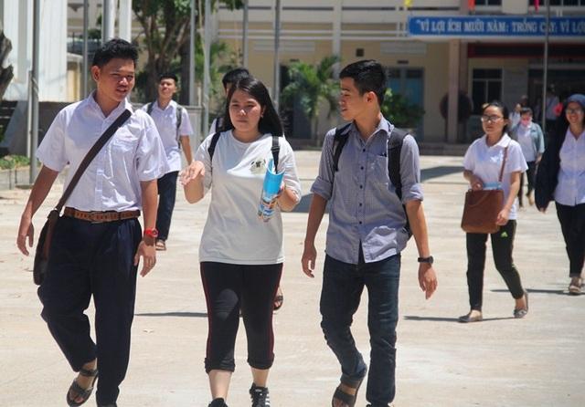 Thí sinh tại Bình Định cho rằng môn Lịch sử quá dài không đủ thời gian làm bài (ảnh Doãn Công).