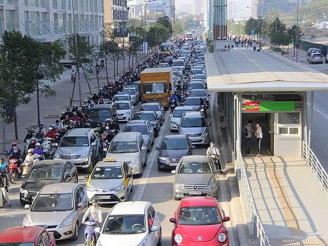 Nhiều chuyên gia cho rằng cần lấy ý kiến người dân trước khi ban hành quy định mua ô tô phải mở tài khoản ngân hàng. Ảnh: Viết Long