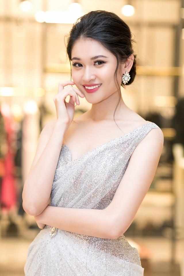 Á hậu 2 Hoa hậu Việt Nam đã chính thức tốt nghiệp Đại học và dự định đi du học trong tương lai gần.