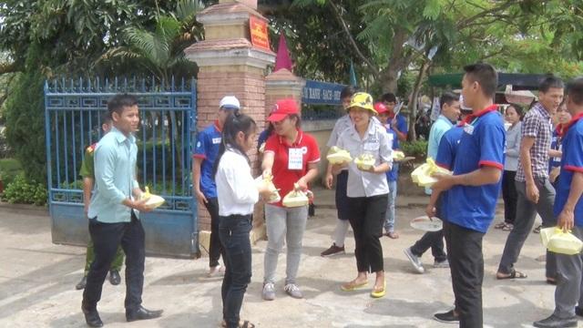 Sĩ tử vui mừng nhận cơm miễn phí