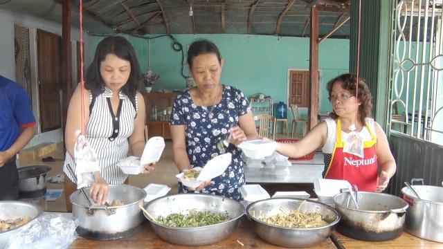 Từ sáng sớm, các người dân huyện A Lưới đã nấu cơm, đồ ăn để phục vụ thí sinh huyện nhà