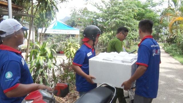 Cơm hộp được các tình nguyện viên và công an vận chuyển đến trường thi