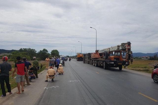 CSGT CA huyện Hưng Nguyên có mặt điều tra nguyên nhân và phân luồng giao thông trên quốc lộ 1A đoạn tránh TP Vinh.