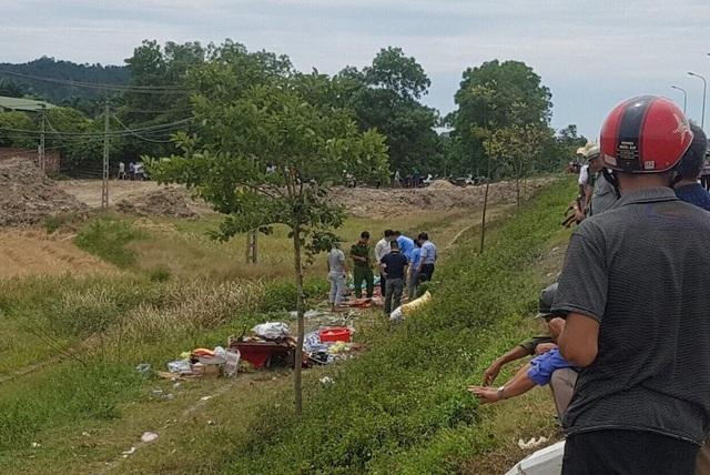 Lực lượng CA khám nghiệm hiện trường vụ tai nạn.