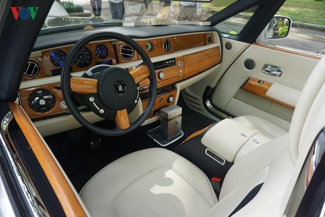 Rolls-Royce Phantom Drophead Coupe là phiên bản 2 cửa mui trần của mẫu Phantom danh tiếng. Ngoài việc sở hữu thêm một mui vải xếp, toàn bộ nội thất quý tộc trên chiếc sedan đều được giữ lại.