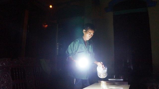Hàng đêm, người dân phải dùng bóng đèn tích điện để sinh hoạt.