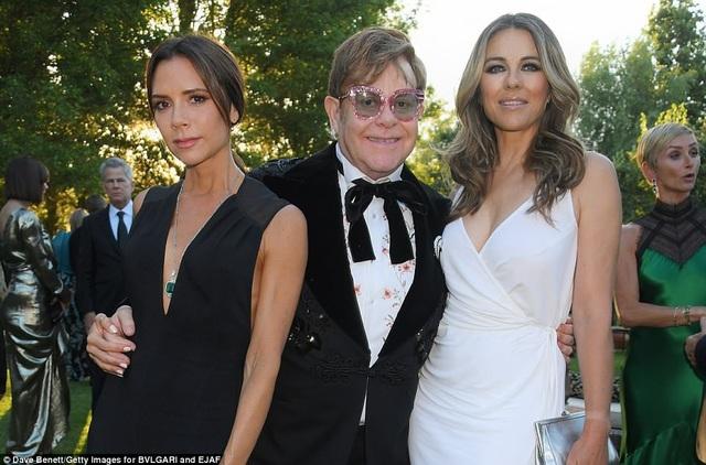Victoria Beckhambên ông chủ bữa tiệc - danh ca Elton John và diễn viên Elizabeth Hurley