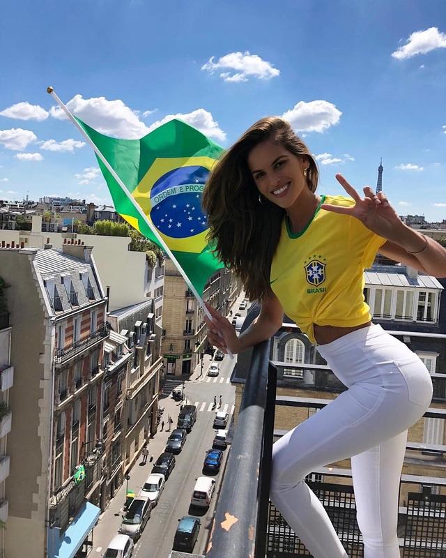Cô hạnh phúc khi được giương cao lá cờ tổ quốc sau các chiến thắng của tuyển Brazil.