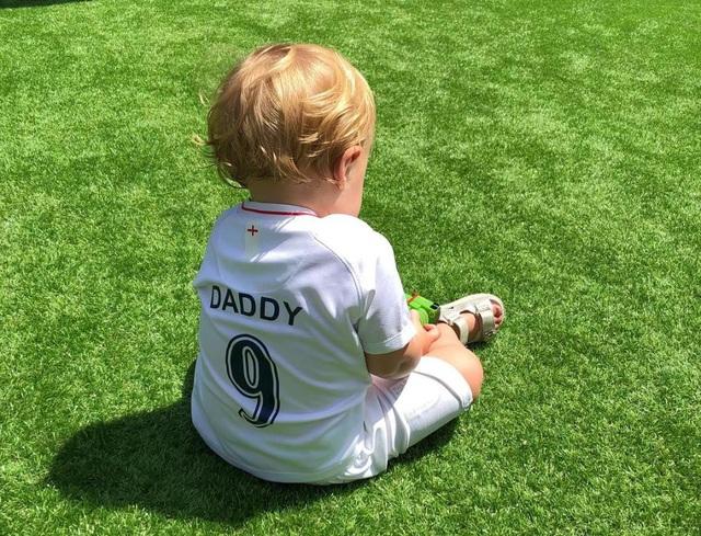 """Ivy mặc chiếc áo của đội tuyển Anh với dòng chữ """"Daddy"""""""