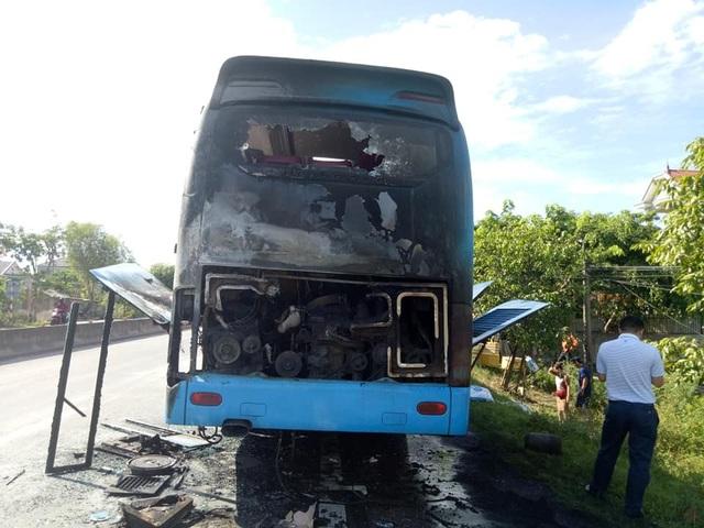 Xe khách cháy dữ dội trên quốc lộ, hàng chục người cuống cuồng dập lửa - 2