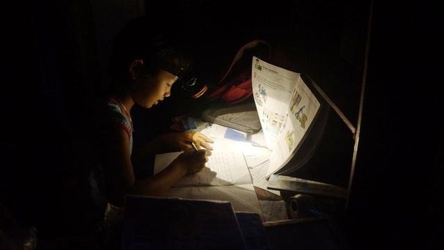 Học sinh phải dùng đèn pin đội đầu để học bài.