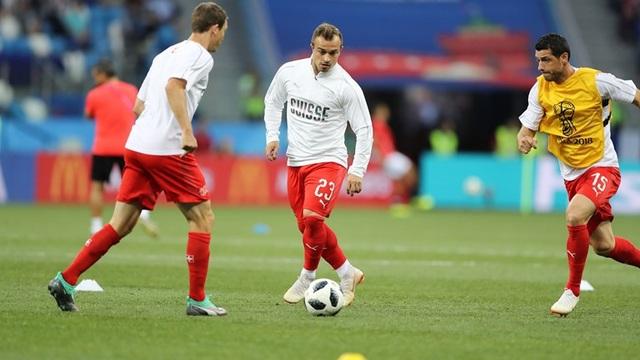 Cầu thủ Thụy Sỹ khởi động trước trận đấu