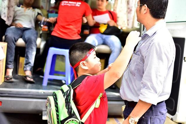 Từ nhà chạy lên điểm hiến máu gần 30km, hai bố con anh Đảo cố gắng có mặt từ rất sớm.