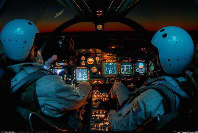 Bên trong buồng lái của Su-34 (Ảnh: MOD)