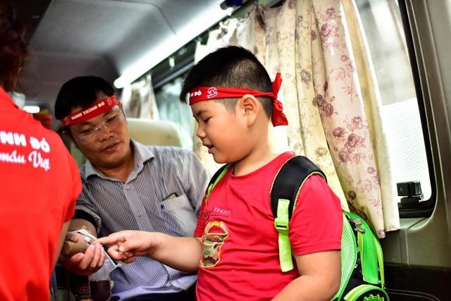 Minh Quân không hề sợ kim tiêm, đứng cạnh bố hỏi huyên thuyên về hiến máu nhân đạo