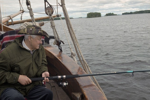 Cựu Tổng thống Nga Boris Yeltsin câu cá trong kỳ nghỉ tại cộng hòa Karelia thuộc Nga vào năm 1997. (Ảnh: TASS)