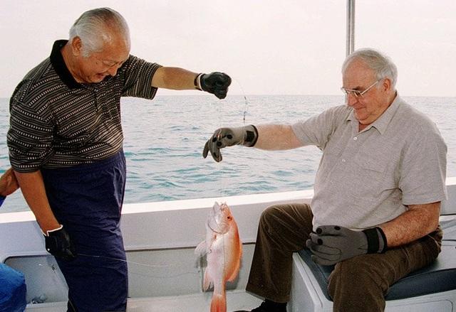 Cố Thủ tướng Đức Helmut Kohl và cố Tổng thống Indonesia Suharto cùng nhau câu cá ở ngoài khơi đảo Bira gần thủ đô Jarkata, Indonesia năm 1996. (Ảnh: AP)