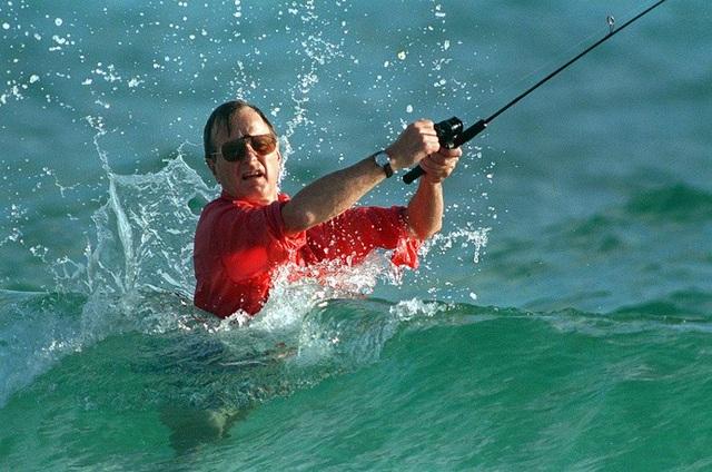 Cựu Tổng thống Mỹ George Bush ngâm mình dưới nước khi câu cá ở Gulf Stream năm 1988. (Ảnh: AP)