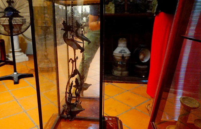 Chiếc đèn sắt được nghệ nhân chế tác tại Huế trong thế kỷ 19 với hình ảnh rồng phượng.