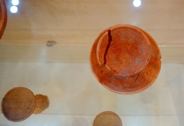 Trong bộ sưu tập, những chiếc đèn làm bằng đất nung có nguồn gốc từ thời Đông Sơn đã tồn tại từ thế kỷ V trước Công nguyên.