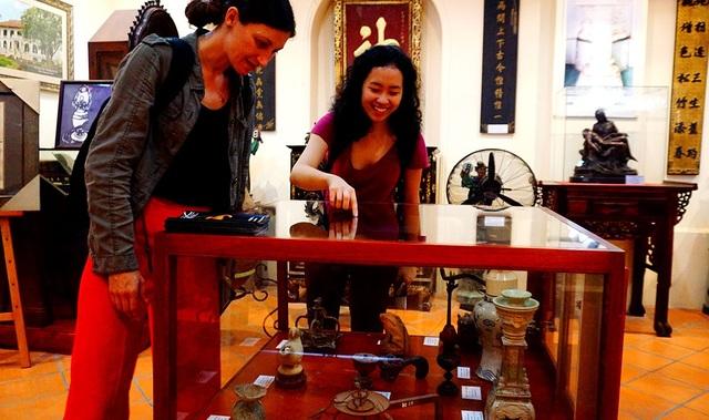 Những vị khách nước ngoài thích thú khi tham quan bộ sưu tập đèn cổ.