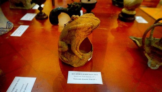 Chiếc đèn cổ hình ếch có từ thời nhà Trần (thế kỷ XIV).