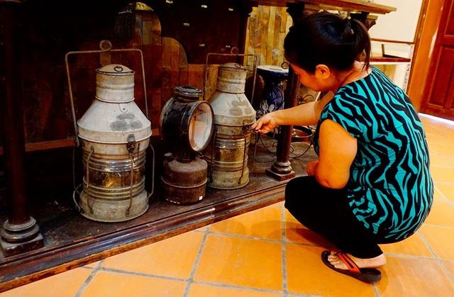 Ngoài những chiếc đèn dầu cổ có nguồn gốc ở Việt Nam, bộ sưu tập còn trưng bày nhiều chiếc đèn cổ có xuất xứ từ Ấn Độ, châu Âu...