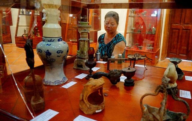 Các đèn đều rất phong phú về kiểu dáng, đa dạng về chất liệu từ đất nung, đồng, gốm, gỗ, sắt, thủy tinh...