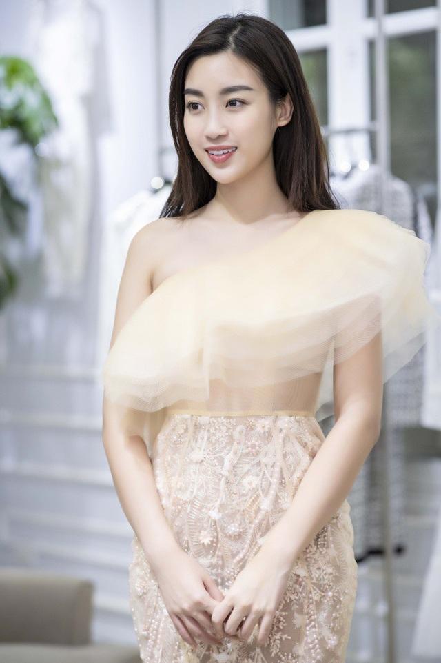 Hoa hậu Đỗ Mỹ Linh cũng có mặt, cô diện chiếc đầm điệu đà khoe một bên vai trần nõn nà.