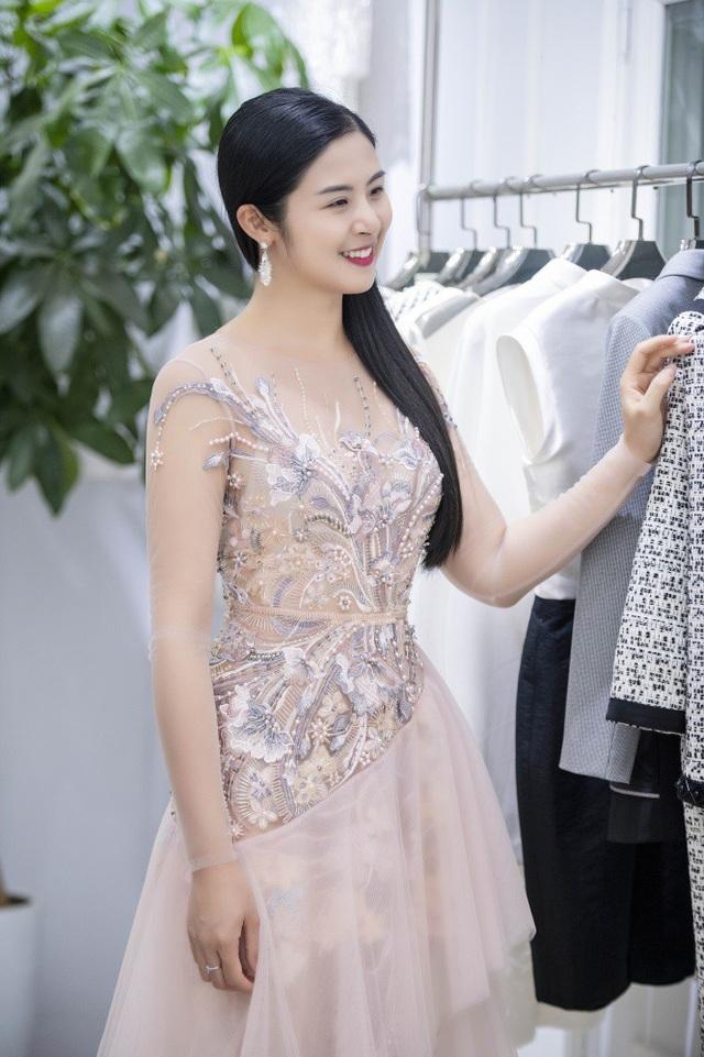 Hoa hậu Ngọc Hân dịu dàng với mái tóc đen buông xoã.