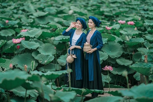 Để thêm phần ăn khớp với truyện, hai chị em còn chuẩn bị cả đạo cụ là chiếc rọ bắt cua bằng tre đan.