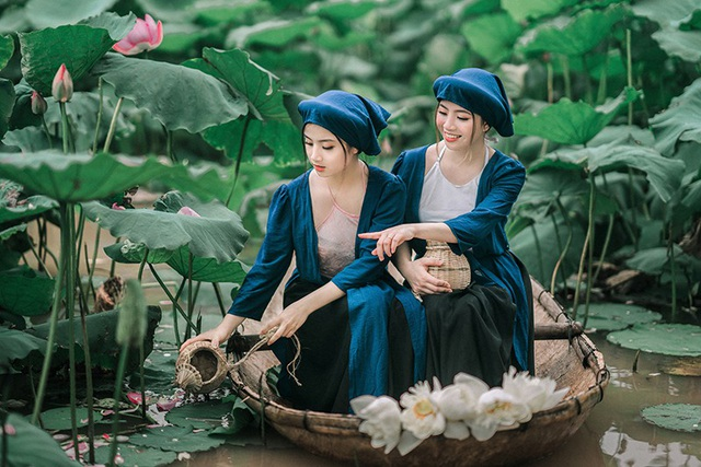Nhiếp ảnh Đào Duy Khương cùng hai cô gái trẻ Huyền Trang và Huyền Trân thực hiện bộ ảnh lấy cảm hứng từ truyện cổ tích Tấm Cám này.